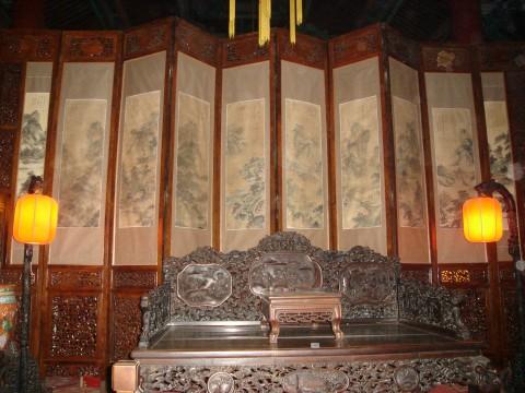 但作伪的家具,譬如把架子床改成罗汉床,把传世较多且不太值钱的半桌