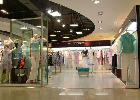 4,橱窗设计    商店橱窗不仅是门面总体装饰的组成