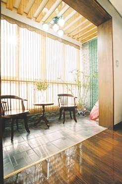 软木地板搭配纯羊毛长绒地毯;而室内天花吊顶不可