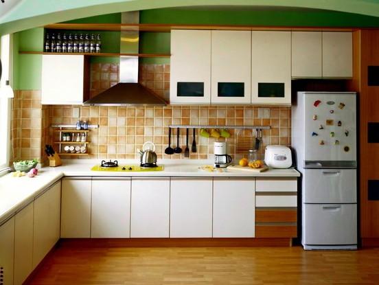 在长方形的厨房中设计了l形的橱柜