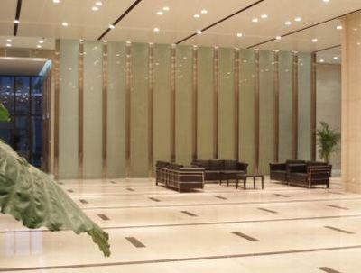 玻璃墙饰也是近来设计师喜欢用的装饰手法,一来可以拉大房子的空间感