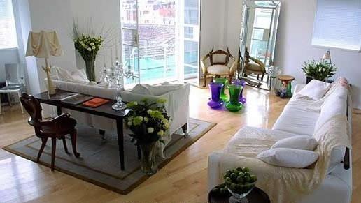 1.地毯的清洁保养。 地毯即使经常吸尘,也会因长期踩踏、液体溅湿与潮湿的气候,而容易有藏污或地虱,此时,可配合地毯清洁剂进行清洁保养。使用前,最好先将窗户打开,避免清洁剂的味道滞留在屋内。基本上,使用地毯清洁剂非常方便,只要将清洁剂喷洒于地毯表面。但切勿弄得太湿,以免弄湿了衬背,地毯很难干且易褪色。待污垢与地毯表面分离后,地毯上会浮现现一点点的白色棉絮,再用一般的吸尘器除分离物即可,不需再用水清洗。如果想要用清水清除残留的油污一定要使用冷水,因温热水只会使污渍扩大,反而弄巧成拙。地毯的绒毛若已被家具压平