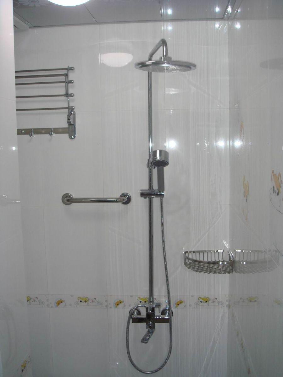 同样,选用防水材质的扶手装在浴缸边,马桶与洗脸盆两侧,可令人行动