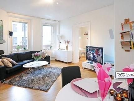北欧风格,圆弧带有扇形的黑色布艺沙发,在牛奶味十足的客厅里成为了亮