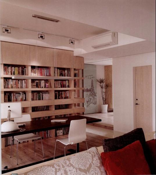 原本无用的走道,经设计师的重新规划,成为喜爱阅读的屋主最流连的空间。相比于其它空间,书房对于屋主是重要的生活场所。开放式书房与客厅之间的连接,不仅仅在于延伸至窗台的L形矮柜,架高的地板也能营造空间的层次感,而窗台坐卧处让书房的功能更为丰富。以L形书墙串连书房及走道,成为动线的引导,也为屋主创造出足够的收纳空间,同时赋予单调走道更多的功能。  重点1,走道变身L形大面书墙 开放式的书房连接客厅,让空间更显开阔。从书延伸至走道的L形大面书墙不仅有强大的收纳功能,更成为空间视觉的焦点,让走道变身为屋主最流连的