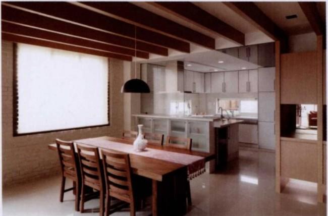 设计师运用开放式空间规划,减少木作的使用,以突出挑高、无压的空间优势,并使用环何涂料及原木地板等环保建材,不只在于健康空间的营造,也让受阅读的屋主所收藏的书籍有适当的收纳空间。保留斜屋顶,将挑高的区域规划为阁楼,充分采光的天窗及玻璃扶手隔屏连接书房,满足了收费也营造了良好的阅读氛围。  重点1善用屋型创造收纳空间 由于房屋为挑高的斜顶独栋别墅,设计师保留屋顶形式,规划了挑高阁楼,成为女主人带孩子阅读及游戏的空间。开放式层板书架,增加了收纳空间,也方便孩子取书。  重点2玻璃书柜让光线无所不在 斜屋顶天窗,