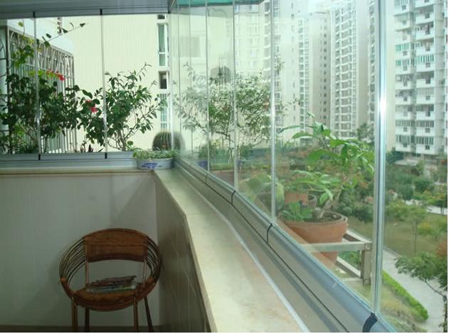 无框阳台窗采用高强度钢化玻璃,相应的五金配件联合大截面铝合金构制成,因为无框设计,使每扇窗都能左右移动,又能呈90`开启逐块排列,而且整个阳台窗能根据用户的需求全面敞开,也可全部封闭,充分保留了阳台应有的特性和功能。最大限度地透入光亮,接近自然,无论开闭,都让你有融入自然的清新感受,让阳台真正成为都市生活中的休闲一隅。  无框阳台窗能非常有效地挡风遮雨,隔断尘埃和噪音,合理的结构使窗扇都能向内开启,不必把身体探出外面擦窗,清洗十分安全、简单。因为没有垂边窗框,关上窗户时视线也毫无阻挡,最大限度地透入光亮,