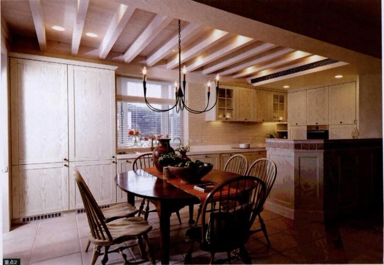 …厨房的水槽旁特别安排向下嵌入式果菜汁机及冰箱,并在水槽下图片