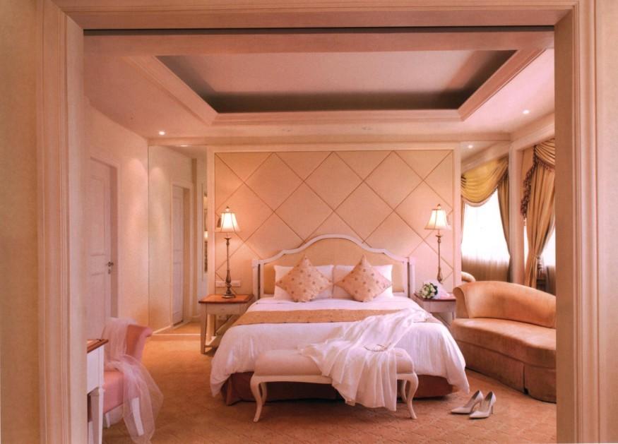卧室设计中,将床的造型设计成具有现代感的欧式风格