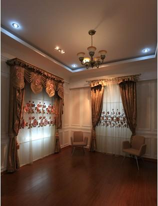 窗帘色彩的搭配在中式装修的居室中是非常重要的一部分,现在布艺