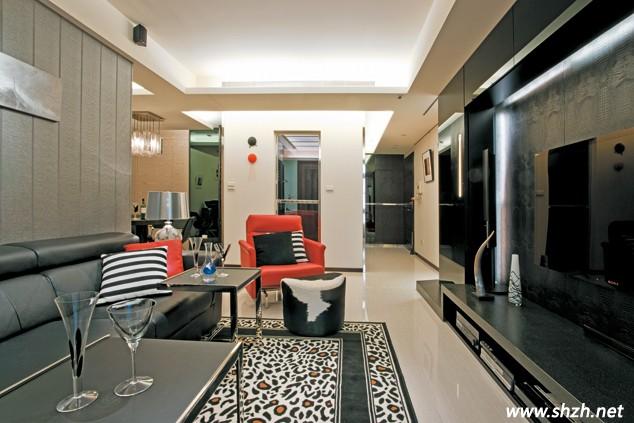 沙發背景墻選用了波浪紋壁紙鋪貼出溫暖黑色調