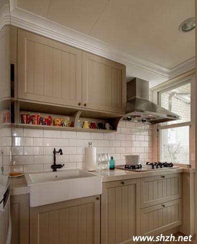 蓝白色瓷砖搭配 营造简洁整体的厨房