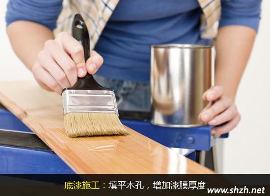 涂刷木器漆最开始肯定是要清除木制品及线条(木基层)表面灰尘污垢,这是第一步。紧跟着就是要用砂皮之类工具来修整木基层表面的毛刺、掀岔等缺陷,使边角整齐。接下来的打腻子大家应该都不陌生了吧,涂刷乳胶漆中这一步也是非常重要的,值得注意的是在木器漆中使用的腻子要求最好是油性腻子,是在没有的话透明腻子也可以代替,将打理好的平整木板用准备好的油性腻子进行批刮、磨光、复补腻子后在磨光即可。打完腻子后就要涂刷第一遍的油漆了,带晾干后再进行第第二遍的打腻子及磨光,然后清除表面的灰尘等待第二遍的上漆。第二篇的上漆与第一遍略有