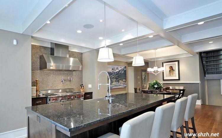 现代的生活水平越来越高,人们对生活质量的要求也越来越高。居室内各个功能区域装修都要求美观时尚,厨房的装修也不例外。如今,很多家庭主妇们都特别渴望拥有一款时尚奢华的厨房。而厨房最重要的区域就是橱柜,一款漂亮的橱柜台面能为整个厨房增色不少。今天,上海装潢网小编就为大家讲解缤纷多彩的马赛克装饰的橱柜台面以及我们需要注意的问题。 如今,人们都喜欢个性另类的装饰效果,而随着马赛克橱柜台面的出现以及多变的拼贴手法已深受广大老百姓的喜爱。不同的拼贴方式能够显示出不一样的设计效果,再加上今年来马赛克色彩变得丰富多彩,更是
