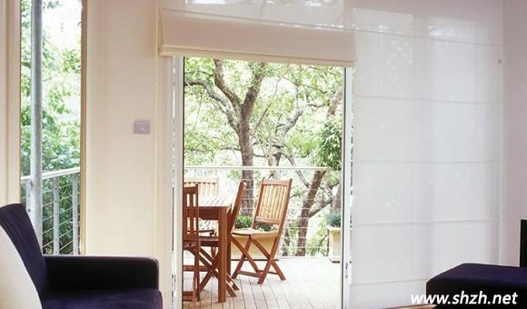 客厅阳台卷帘隔断设计