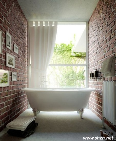 下沉式的浴缸设计竟让卫生间有种游泳池的感觉,这是夏季的最爱了.