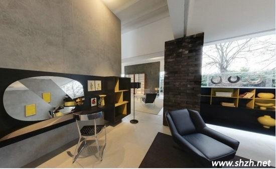 """图二 玻璃别墅还有一个特殊的地方,它是一个一层的别墅房型,这就意味着占用面积一定大的惊人,所以大家才看见了这样一个宽敞的有些夸张的客厅!沙发后的半高背景墙将客厅与其他区域隔开,同时镂空的结构让整体空间看上去隔而不断!宽大舒适的乳白色沙发与同色系的地毯交相辉映,一唱一和的演绎简约雅致的感觉!其中透明的茶几是时尚元素的代表,凸显了主人儒雅而不落伍的品位! [[img ALT=""""玻璃别墅书房"""" src=""""http://simg."""