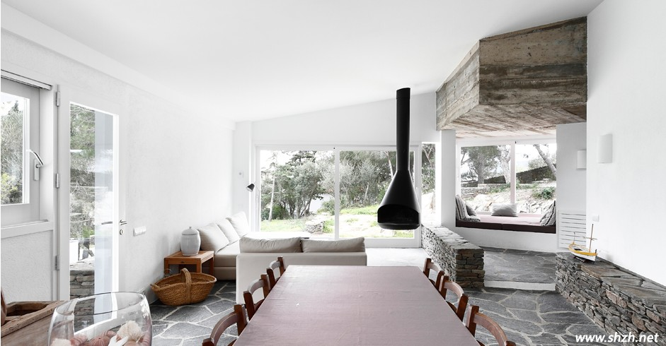 """其实,前面我们已经一眼扫到这个区域了,没错,这就是起居室。有没有发现,很多奢华的别墅装修,离不开布艺软装的装饰,这说明了布艺家居是非常重要的,不同的布艺演绎不同的风采。这款简约的布艺卧室家具,非常淳朴淡雅,与室外的环境也配合的十分协调,而天花板采用实木打造,就地取材,一点也不经过工艺加工,非常的自然淳朴,有种浓浓的自然气息。坚固的钢制门窗赢得了良好的安全性,水泥天花以及毫不装修的水泥隔断让人以为走进了户外农舍。在这里,真的非常贴近大自然的生活,很悠闲自在。 [[img ALT=""""自然清新的卧室空间"""""""