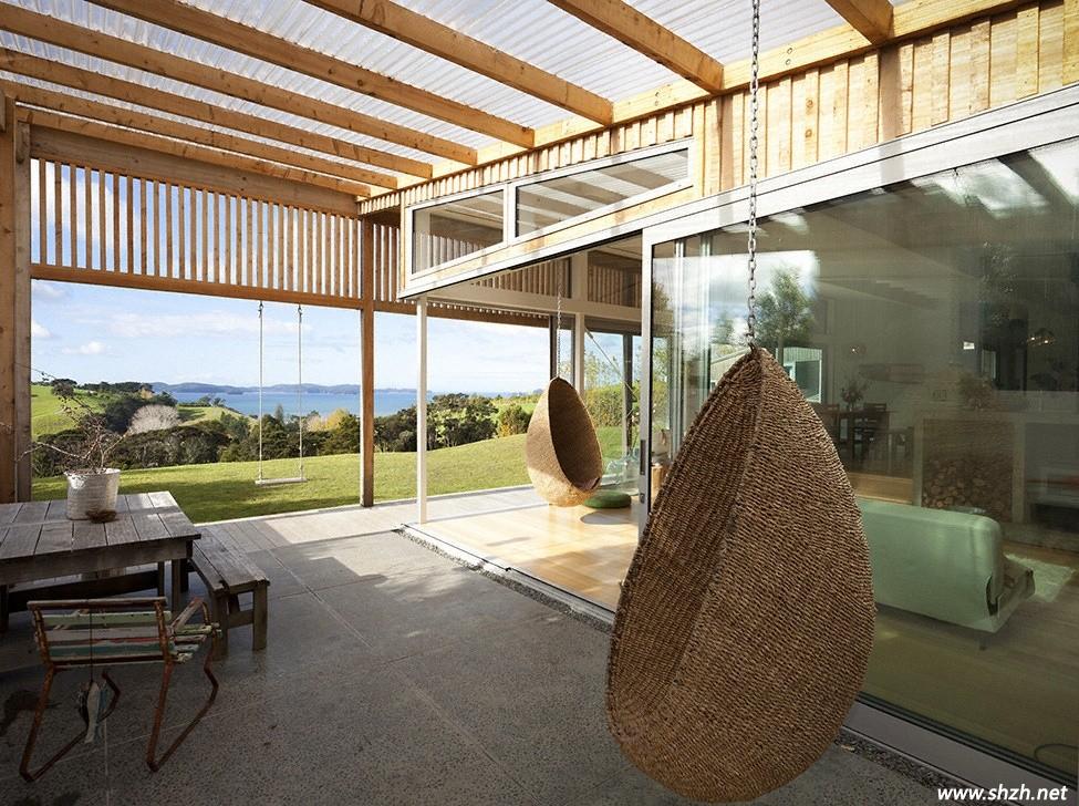 """美丽的新西兰,美丽的草原,当我们提及新西兰时最先想到的便是风吹草低见牛羊的悠然自得。四季怡人的温带海洋性气候让新西兰风景优美,是旅游度假的绝佳圣地。在风景瑰丽的新西兰中,房屋建设与室内装修也不能脱节,所以新西兰的装修与设计也是世界瞩目的焦点,上海装潢网小编今天带来的便是一座实木与玻璃交错的房屋,它地道了诠释了新西兰的自然风情,像极了一匹蹦腾的骏马,徜徉在带着青草香的草原上,你想来看看吗?跟着小编走吧! [[img ALT="""""""" src=""""http://simg."""