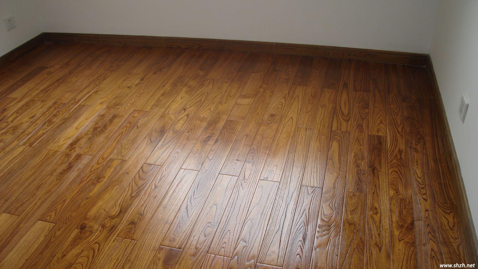 地板具有独特的纹理和色彩,相对于冷硬的瓷砖,它给人更加自然、柔和、富有亲和力的质感。但同时,地板也存在易磨损、易变形开裂等问题,需要小心养护才得以维持其良好的装修效果。打蜡是一个非常有效的地板养护方法,它像给地板做面膜一样,能让地板重焕光彩,延长其使用寿命。 地板打蜡养护是很多人都知道的一种养护方法,然而地板蜡是什么?