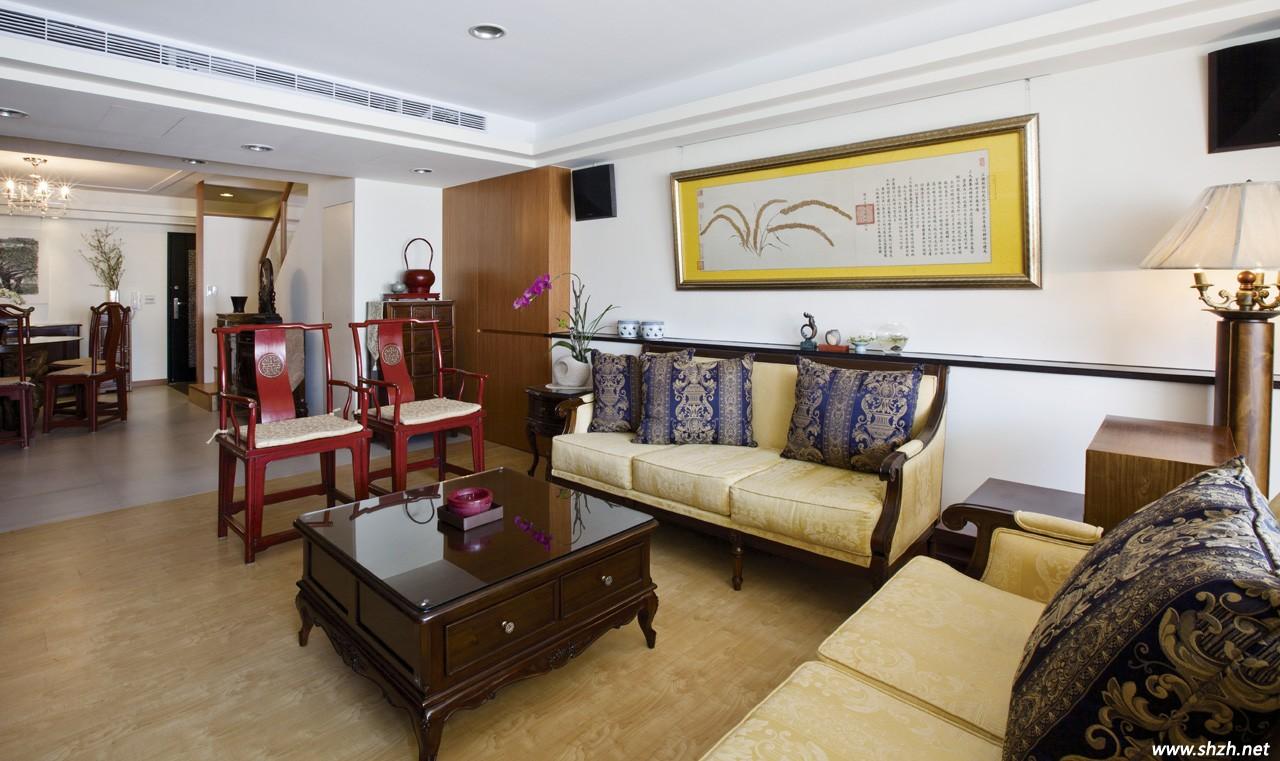 搭配两张红木官帽椅,中式电视柜,西式壁纸包框主墙,西藏描花斗柜等单