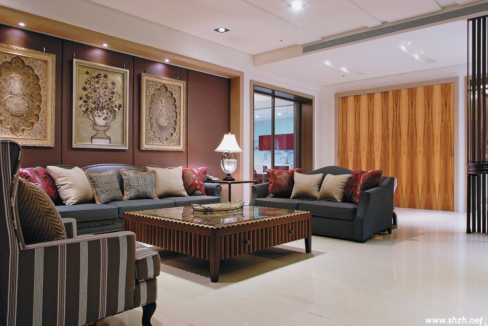 沙发后靠并有体贴的矮柜设计,除了沙 发可以不靠墙,也能辅助玄关拱门图片