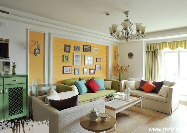 客厅沙发背景墙很多人都将它装饰成家中照片墙,记录家人在一起的每一个快乐瞬间,但是客厅墙上挂照片有什么风水讲究,你又知道多少呢。如果你对客厅沙发墙挂照片风水有疑问或者根本不知道的话,那上海装潢网的小编就为你揭开这些迷惑,让你清楚的了解到客厅背景墙挂照片的风水讲究。  第一 客厅挂照片的风水与照片形状有关 一般客厅照片墙适合挂方形的照片,方形在风水学上来说是阳性,而圆形照片则为阴性,客厅作为家中住宅主要部位,所以要让客厅阳气多点才好。 第二 照片墙上挂照片要分辨财凶位 风水位上有凶吉方位之分,客厅照片墙应设置
