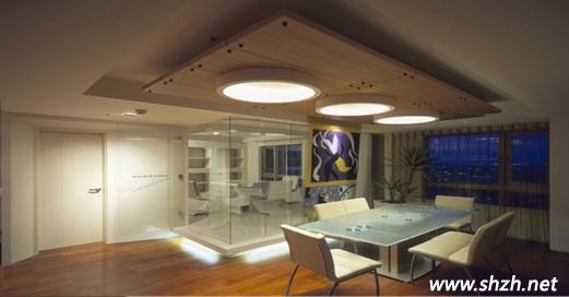 本次的案例的整体风格为简约时尚的现代风格,运用连续性的建材和圆弧形的造型线条作为各空间的界定,自在顺畅的连贯性让居住在里面的人享受舒适的居家空间。小编选举了几个图片,为大家简单讲解下吧。  客厅至其他地方开放式公共空间,减少实体隔间墙的存在,连续的建材与圆弧型的造型线条作为各领域空间的界定,割不断却还是连在一起,从这里可以将室内大部分空间都拦入眼里。无形之中将室内整个空间拉大一倍。  餐厅以米色系为主色调的柔和休闲空间,温润的木地板和昏黄灯光设计,让空间更显温暖舒适。餐厅后方的玻璃书房则采用架高地坪搭配灯